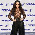 Demi Lovato brilhou com um bodysuit de rendas e calça tipo bombache de paetês – da coleção outono 2016 de Zuhair Murad –, no MTV Video Music Awards, realizado na Califórnia em 27 de agosto de 2017