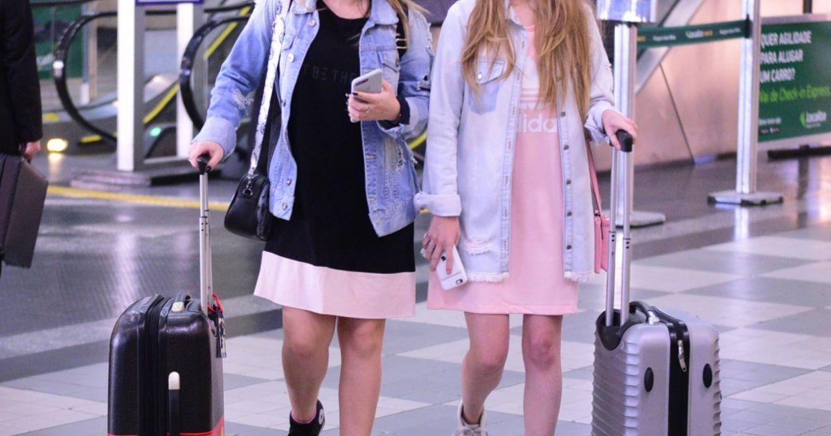 2fa0253993213 Larissa Manoela escolheu a mala buttons do Mickey para embarcar no  aeroporto de Congonhas