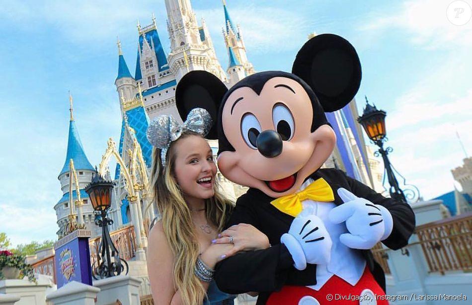 c84fc05f69b5c Larissa Manoela passou férias do mês de julho na Disney e tietou Mickey  Mouse