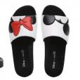 eec6410b77f58 ... também investe nas sandálias estilo s lide do Mickey e Minnie · Larissa  Manoela usou a sandália s lide Pop