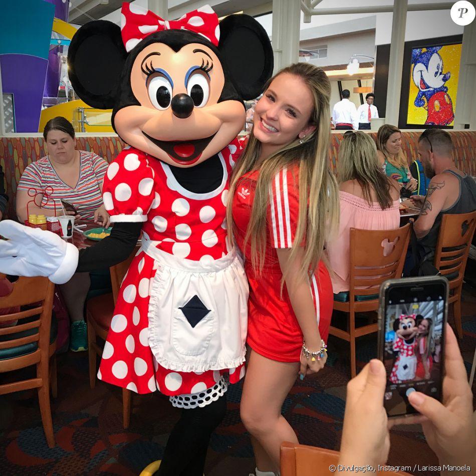 4966a352fdbc6 Larissa Manoela se declara fã do casal Mickey e Minnie em foto emocionada