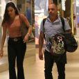 Mayla, irmã da ex-BBB Emilly, caminhou em shopping com o pai, Volnei, na noite de quarta-feira, 6 de setembro 2017
