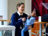 Leandra Leal brinca com a filha, Julia, cheia de estilo, em aeroporto. Fotos!
