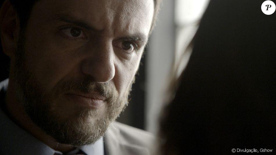Caio (Rodrigo Lombardi) visita Bibi (Juliana Paes) na elegacia e a ameaça para proteger Jeiza (Paolla Oliveira), na novela 'A Força do Querer', em 11 de setembro de 2017