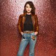 Selena Gomez elegeu calça jeans, cinto e jaqueta de couro caramelo para o desfile da Coach na New York Fashion Week, nesta terça-feira, 12 de setembro de 2017