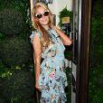 Paris Hilton também investiu em uma produção delicada, com babados e estampa floral, na New York Fashion Week