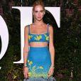 A blogueira italiana Chiara Ferragni usou conjunto com top cropped e saia com plumas  Prada coleção outono 2017  na New York Fashion Week