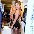 O vestido de Mariana Goldfarb deixava a hot pants à mostra e contava com flores bordadas no tecido transparente