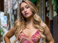 Carla Diaz deixa seios à mostra na TV e conta que não é silicone: 'Peito é meu'