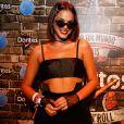 Bruna Marquezine chamiou atenção com o look fashionista, composto ainda por óculos escuros, choker Dior de R$ 1500 e delicadas luvas rendadas