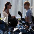 Débora Nascimento e José Loreto conversam após sair da praia da Barra da Tijuca, Zona Oeste do Rio de Janeiro