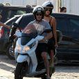 Débora Nascimento e José Loreto deixam praia de moto
