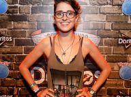 Carol Duarte, com blusa cavada e lingerie no RIR, explica estilo: 'Confortável'