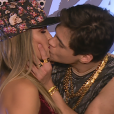 Nos bastidores, Lucas Veloso repetiu o beijo em Nathália Melo