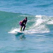 Isabella Santoni curte dia de surfe e mostra equilíbrio em prancha. Fotos!
