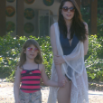 Cecília (Bia Arantes) fica tímida em usar maiô mas, usando um saída de praia, vai com Dulce Maria (Lorena Queiroz) até a areia, na novela 'Carinha de Anjo'