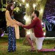 Gustavo (Carlo Porto), depois de beijar Cecília (Bia Arantes), se ajoelha e faz pedido de namoro para a amada, na novela 'Carinha de Anjo'