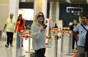 Susana Vieira desembarca em aeroporto no Rio e chama atenção de fãs