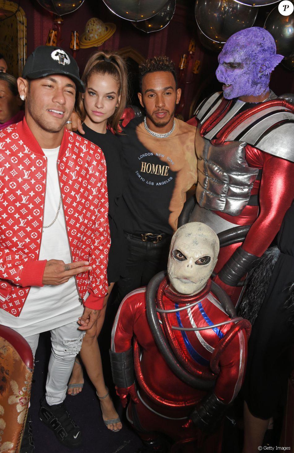 A modelo curtiu a festa com Neymar e o piloto inglês e deixou o local acompanhada pelo brasileiro