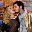 Lua Blanco posa lambendo o rosto do namorado, Leandro Soares
