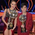 Yudi Tamashiro posa com o troféu do 'Dancing Brasil' ao lado da bailarina  Bárbara Guerra