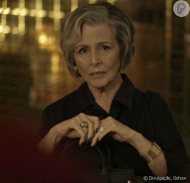 Sabine (Irene Ravache) passa mal e é internada após jantar apimentado oferecido por Madalena (Virgínia Rosa), na novela 'Pega Pega', em 6 de outubro de 2017