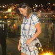 Carol Sampaio usou a bolsa na cor cinza metálico para o coquetel de lançamento da música 'Pesadão', da cantora Iza, com participação de Falcão, do grupo O Rappa, em 5 de outubro de 2017