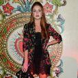 Marina Ruy Barbosa sobrepôs o look rendado com blazer com estampas de rosas para a festa da Dolce & Gabbana na Semana de Moda de Milão, em 24 de setembro de 2017