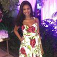 """Grávida de oito meses, Aline Dias compôs um visual alegre com um longo com estampa de rosas.  """"Eu amei ele porque marcou bem a minha barriguinha"""", contou a atriz. A peça  pode ser alugada na PowerLook, no Rio de Janeiro"""