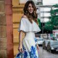 'Como não amar esse look?', escreveu a ex-BBB Aline Gotschalg ao compartilhar foto vestindo cropped ciganinha Regina Salomão e saia plissada L'allume