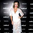 Giovanna Ewbank investiu em uma produção  all white  com botas Le Lis Blanc e vestido Colcci com flores bordadas para o lançamento da coleção primavera/verão 2018 da marca