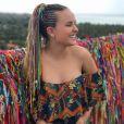 Larissa Manoela exibiu blusa tipo ciganinha com detalhes de flores na estampa durante viagem à Bahia, em 28 de setembro de 2017