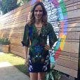 Ana Furtado também optou por um visual florido com um vestido curto de mangas  3/4 para comandar o 'É de Casa' em 2 de setembro de 2017. ' Adoro usar muitas cores pra levantar o astral e passar mais alegria!', disse a apresentadora