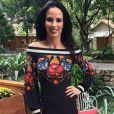 Ana Furtado deixou os ombros à mostra com um vestido midi da marca Farm para o 'É de Casa' do dia 5 de agosto de 2017