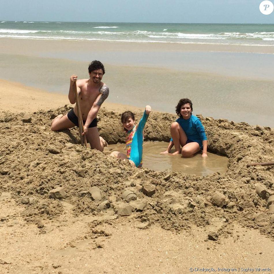 Sophia Valverde se divertiu ao lado de Igor Jansen e Lázaro Menezes na praia de Mundaú, em Trairi, no Ceará, e compartilhou o registro no Instagram nesta quarta-feira, dia 27 de setembro de 2017: 'Muita diversão. Já somos uma família'