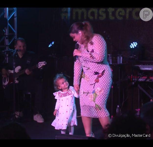 Neta de Preta Gil, Flor de Maria chama atenção em show da avó com Gilberto Gil