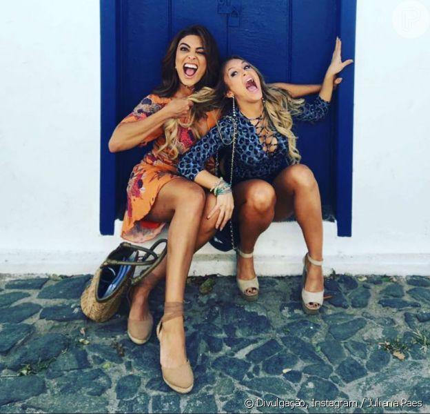 Juliana Paes se divertiu nos bastidores com Carla Diaz, que vive a amante de Rubinho (Emílio Dantas), em na novela 'A Força do Querer'