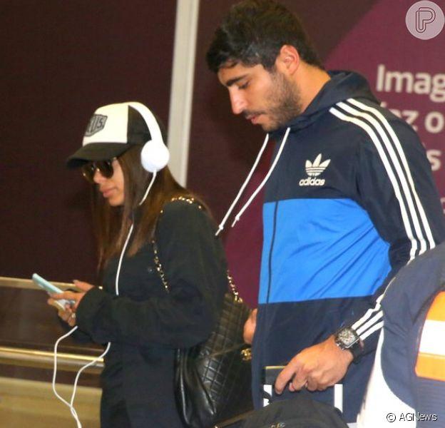 Anitta foi fotografada pela primeira vez ao lado do namorado, Thiago Magalhães, no Aeroporto Internacional do Galeão, no Rio de Janeiro, na tarde deste sábado, 30 de setembro de 2017