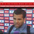 Daniel Alves foi vítima de preconceito quando um jogador jogou uma banana na direção do jogador, durante uma partida de futebol