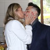 Adriane Galisteu exige beijo de língua do marido: 'Selinho dou nos meus amigos'