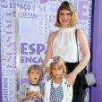 Carolinie Figueiredo leva os filhos, Bruna e Theo, ao aniversário de Aurora