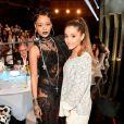 Rihanna, de Givenchy, posa ao lado de Ariana Grande