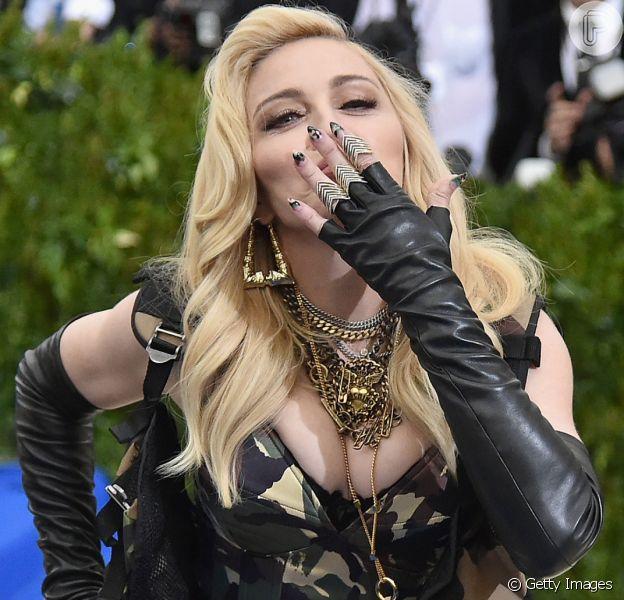 Madonna exibiu as filhas gêmeas, Stella e Esther, cantando o funk 'Olha a Explosão', de MC Kevinho, em seu Instagram, nesta quarta-feira, 4 de outubro de 2017