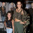 Vera Viel levou a filha Maria, de 9 anos, para conhcer o grupo Fifty Harmony no evento da John John, em São Paulo, nesta terça-feira, 3 de outubro de 2017