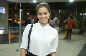 Isabella Santoni abre mão da maquiagem para conferir espetáculo. Fotos!