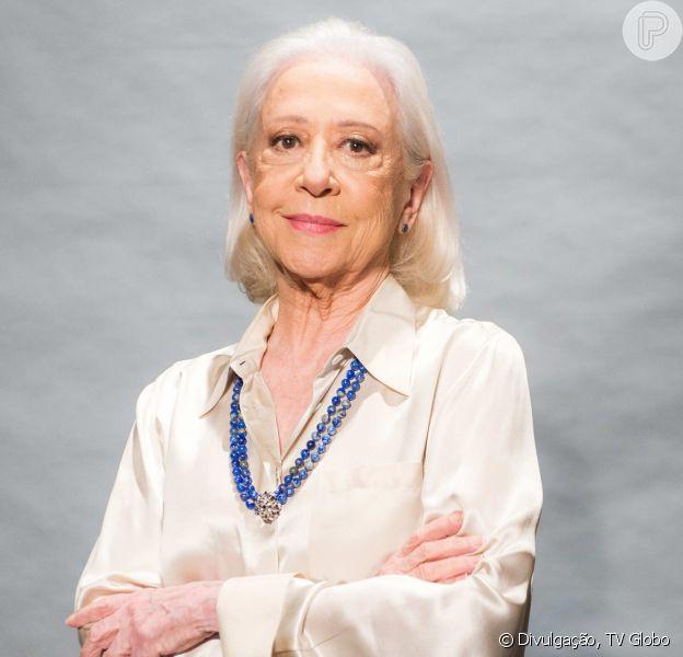 Fernanda Montenegro, a Mercedes na novela 'O Outro Lado do Paraíso', opina sobre a experiência de assumir os fios brancos: 'Tem uma hora que a tinta não pega direito na raiz, é um horror! Não precisar pintar o cabelo é a única vantagem da velhice'