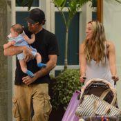 Luciano Szafir passeia com a mulher e o filho, David, de 5 meses, no RJ