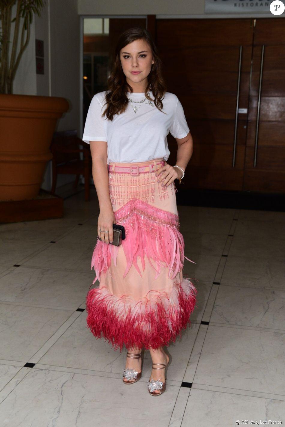 Alice Wegmann chamou a atenção com a saia Prada no casamento de Marina Ruy Barbosa e Xandinho Negrão, em Campinas, São Paulo
