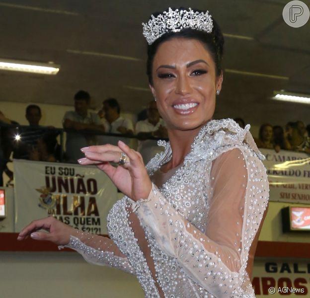 Gracyanne Barbosa apostou em um look ousado para coroação da União da Ilha na madrugada deste domingo, 8 de outubro de 2017
