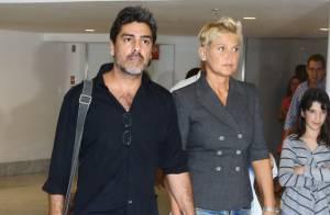 Com bota ortopédica, Xuxa vai com Junno Andrade a teatro no Rio
